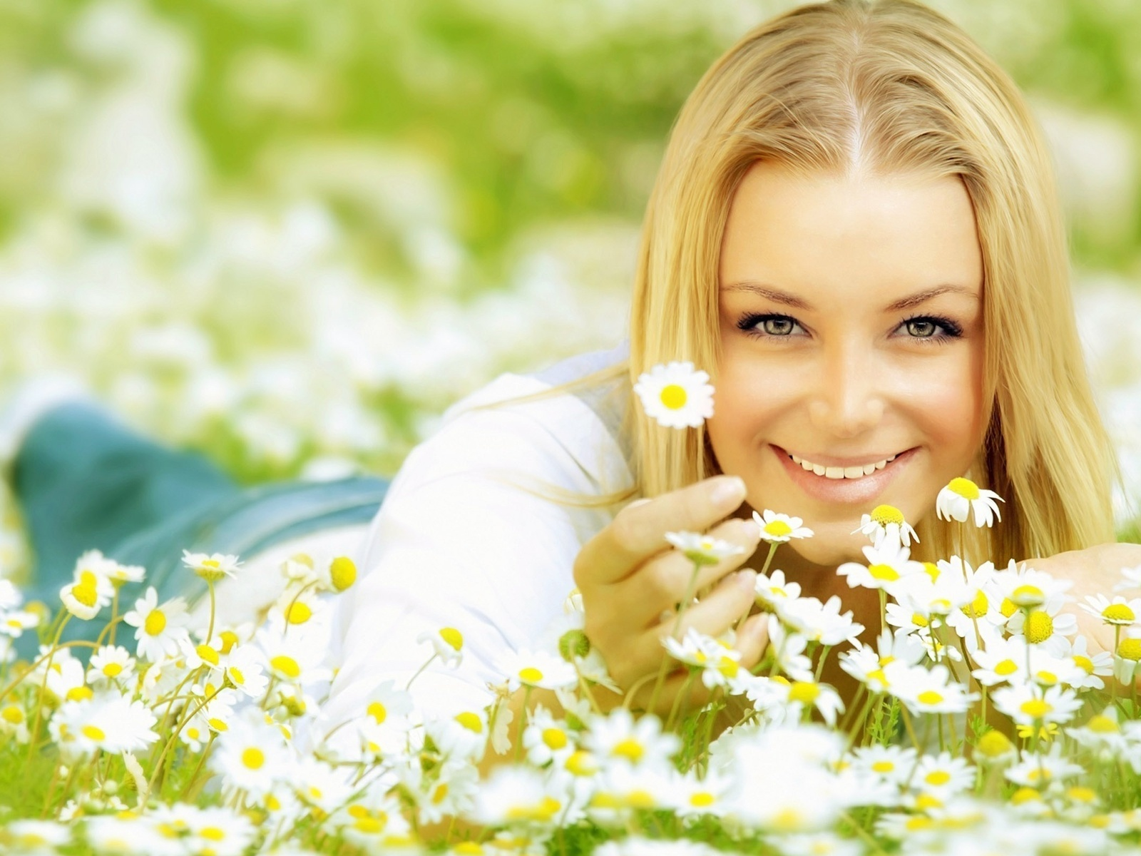 Smiling-Girl-Lying-On-Daisy-Flowers-HD-Wallpaper--NatureWallBase.Blogspot.Com